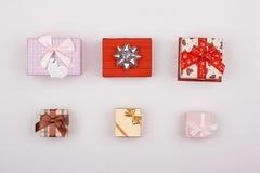 Mentira de junta de los regalos en un fondo blanco Imagen de archivo libre de regalías