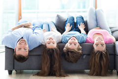 Mentira de la familia al revés en el sofá Fotografía de archivo