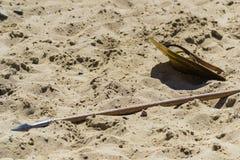 Mentira de la lanza y del escudo en la arena Imagenes de archivo