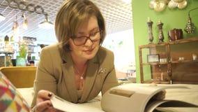 Mentira de la lectura de la mujer de negocios almacen de metraje de vídeo