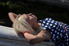 Mentira de la mujer al aire libre foto de archivo libre de regalías