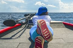 Mentira de la mujer joven en el barco de pesca con el buscador de los pescados, echolot, sonar a bordo fotos de archivo