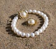 Mentira de la pulsera y de los pendientes de la perla Imágenes de archivo libres de regalías