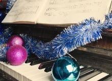 Mentira de las decoraciones de la Navidad en un piano Imágenes de archivo libres de regalías