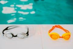Mentira de las gafas de la natación en la piscina fotos de archivo