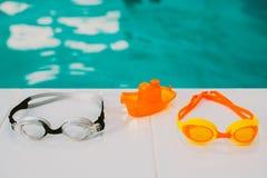 Mentira de las gafas de la natación en la piscina imagen de archivo