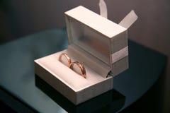 Mentira de los anillos de bodas del oro en una caja Foto de archivo libre de regalías