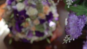 Mentira de los anillos de bodas en un ramo de la boda almacen de video