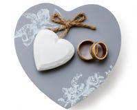 Mentira de los anillos de bodas en una caja Aislado Foto de archivo libre de regalías