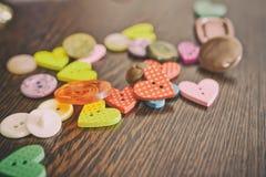 Mentira de los botones en la tabla de roble de madera Imagen estilizada con un ol Imagenes de archivo