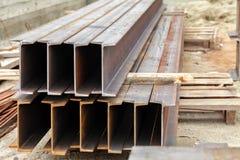 Mentira de los haces del metal en una plataforma de madera fotos de archivo