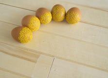 Mentira de los huevos de Pascua en una tabla de madera Huevos marrones pintados Imágenes de archivo libres de regalías