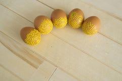 Mentira de los huevos de Pascua en una tabla de madera Huevos marrones pintados Fotos de archivo libres de regalías