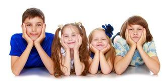 Mentira de los niños en cuatro Fotografía de archivo