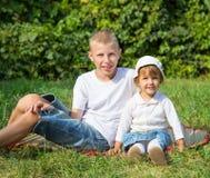 Mentira de los niños en la hierba Fotografía de archivo