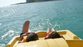 Mentira de los niños que descansa sobre un océano del mar del barco del yate Niñez de las vacaciones del mar de los niños Los niñ almacen de video