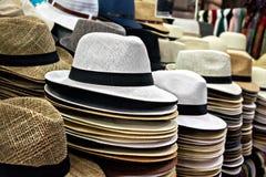Mentira de los sombreros de paja en el contador Imágenes de archivo libres de regalías