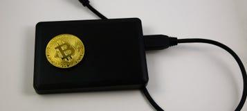 Mentira de oro del bitcoin en disco duro Imagenes de archivo