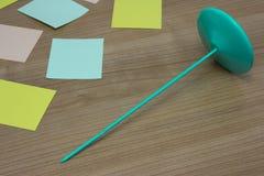 Mentira de papel del tenedor en la tabla de madera con la tarjeta colorida Fotos de archivo libres de regalías