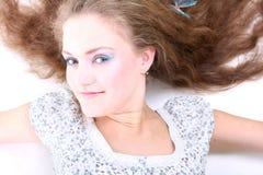 Mentira de pelo largo de la muchacha Fotografía de archivo