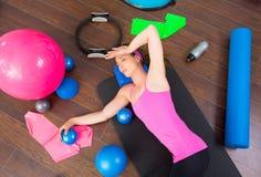 Mentira de reclinación cansada mujer de los aeróbicos en la estera Imagen de archivo libre de regalías