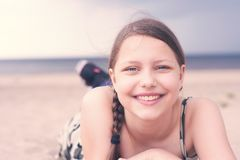 Mentira de reclinación de la muchacha adolescente en la playa Imagenes de archivo