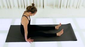 Mentira de respaldo de las curvas de la muchacha de la yoga almacen de metraje de vídeo