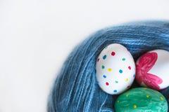 Mentira de três ovos da páscoa em um emaranhado Foto de Stock