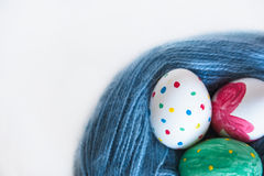 Mentira de tres huevos de Pascua en un enredo Foto de archivo
