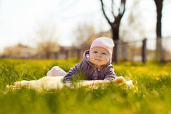 Mentira del bebé en hierba Fotos de archivo