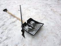 Mentira del hacha de la pala y de hielo de la nieve en la nieve en invierno imagen de archivo libre de regalías