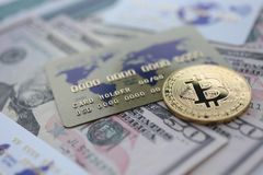 Mentira del primer del bitcoin de la moneda de oro en la tabla fotos de archivo