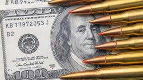 Mentira del primer de las balas en las cuentas de 100 dólares Concepto de moneda del espacio de la copia y de defensa nacional fotos de archivo libres de regalías