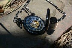 Mentira del reloj de bolsillo del oro en la tierra Fotos de archivo