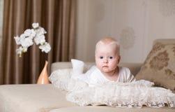 Mentira do bebê na cama fotografia de stock royalty free