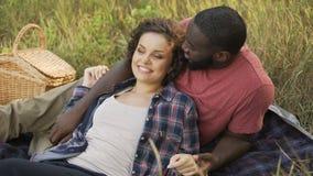 A mentira do casal junto em público estaciona e sonha sobre o futuro coletivo filme