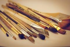 Mentira do close-up das escovas de pintura na tabela Fotografia de Stock