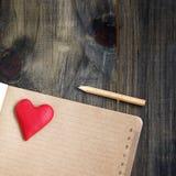 Mentira do coração em um bloco de notas com Valentim Fotos de Stock Royalty Free