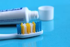 Mentira do dent?frico e da escova de dentes em um fundo azul foto de stock royalty free