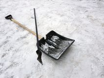 Mentira do machado da pá e de gelo da neve na neve no inverno imagem de stock royalty free