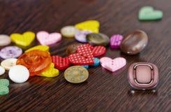 Mentira dos botões na tabela de carvalho de madeira Imagem estilizado com um ol Fotografia de Stock Royalty Free