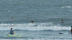 Mentira dos surfistas nas prancha que travam ondas no oceano filme