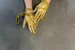 Mentira dourada do bitcoin nas palmas da mulher imagem de stock