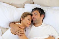 Mentira el dormir de los amantes que cuida en la cama imagen de archivo libre de regalías
