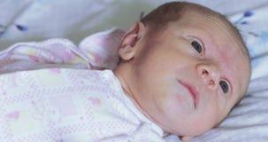 Mentira en el bebé de la hoja de cama almacen de metraje de vídeo