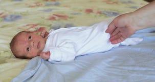 Mentira en el bebé de la hoja de cama almacen de video