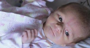 Mentira en el bebé de la hoja de cama metrajes