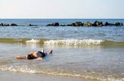 Mentira en el mar. Fotos de archivo