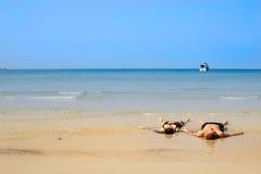 Mentira en el tierra-lavado en una playa de la generosidad Imagenes de archivo
