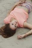 Mentira en la playa Foto de archivo libre de regalías